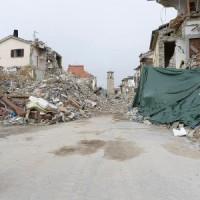 Papa reza em meio aos escombros em Amatrice