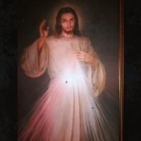 Quadro de Jesus da Misericórdia com marcas de bala